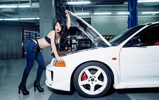 Hotgirl xinh đẹp bỗng chốc thành cô thợ sửa xe siêu gợi cảm đốn tim phái mạnh.
