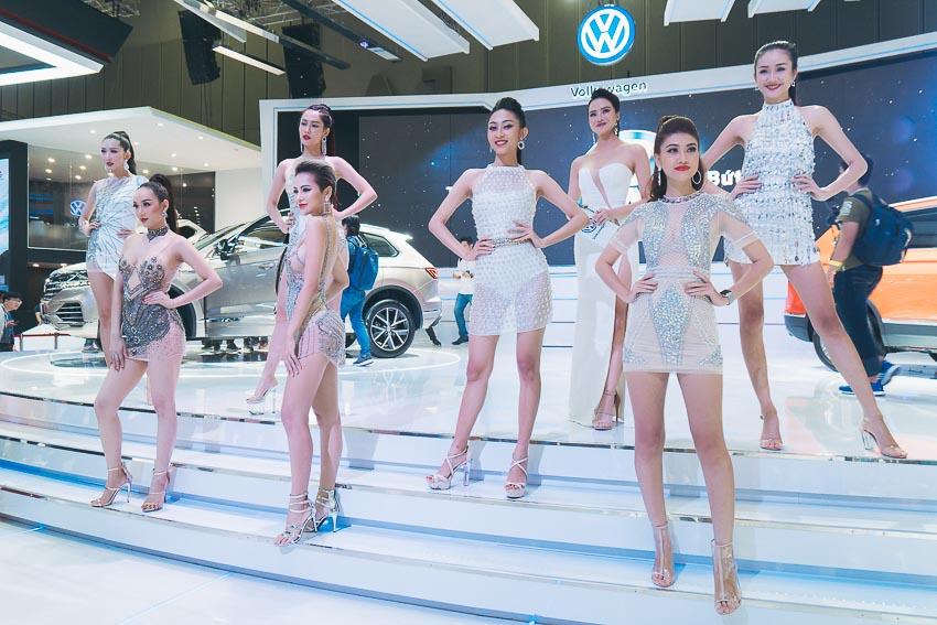 Dàn sao và người mẫu bên siêu xe