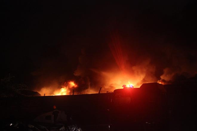nhà xưởng bốc cháy